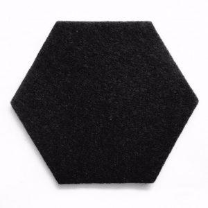zwarte onderzetters voor een monochroom interieur
