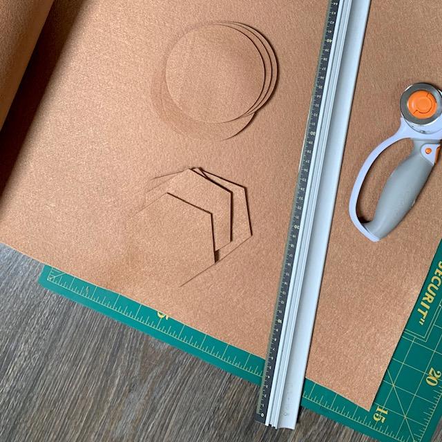 handgemaakt van vilt - onderzetters in een nieuwe stijlvolle kleur