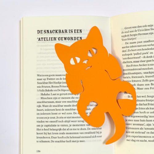 lekker lezen met deze vrolijke boekenlegger kitten